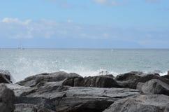 Утес; небо; океан; брызгает Стоковые Изображения RF