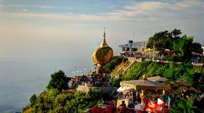 Утес пагоды Kyaiktiyo aka золотой, заход солнца, Мьянма стоковое изображение rf