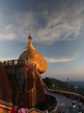 Утес пагоды Kyaiktiyo aka золотой на заходе солнца стоковые фото