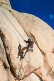 Утес пересечения скалолазания - национальный парк дерева Иешуа - CA Стоковые Фотографии RF