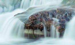 Утес реки под брызгать воду стоковая фотография