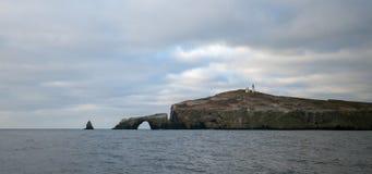 Утес свода и маяк острова Anacapa национального парка островов канала с Gold Coast Калифорния Соединенных Штатов стоковое изображение rf