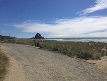 Утес стога сена на пляже карамболя, ИЛИ стоковая фотография