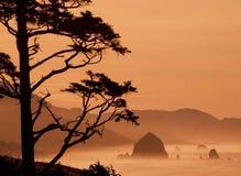 Утес стога сена на пляже канона, Орегоне Стоковое Фото