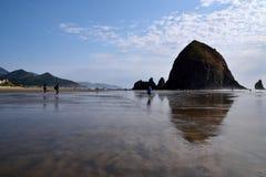 Утес стога сена на пляже карамболя Стоковое Изображение RF