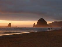Утес стога сена - пляж карамболя, Орегон Стоковые Фото