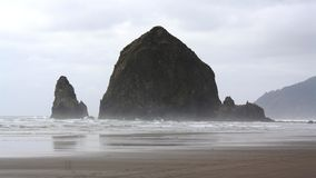 Утес стога сена - пляж Орегон США карамболя Стоковые Фото