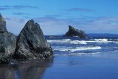 утес стороны пляжа Стоковые Изображения