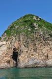 Утес с пещерой Стоковое Фото