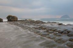 Утес творога фасоли на береговой линии Стоковые Фото