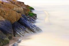 Утес утонутый в туман Стоковые Изображения RF
