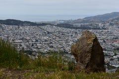Утес Greywacke и одичалая трава на Mt Davidson Сан-Франциско, 3 стоковое изображение