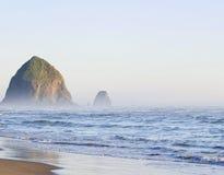 Утес Haystack на пляже карамболя, Орегоне, США Стоковые Изображения