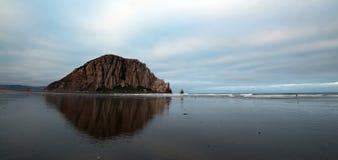Утес Morro в раннем утре на парке штата залива Morro на центральном побережье США Калифорнии Стоковая Фотография