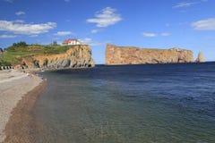 Утес Perce и пляж, Gaspesie, Канада Стоковые Фотографии RF