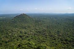 Утес Pidurangala, взгляд от утеса Sigiraya, Шри-Ланки Стоковое фото RF