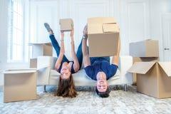 Утеха двигать в дом Любящая пара держа коробку внутри Стоковое Изображение
