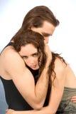 утешающ пар обнимите детенышей стоковое изображение rf