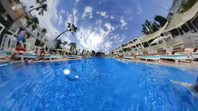 Утешьте гостиницу с большим бассейном и отдыхая гостями видеоматериал