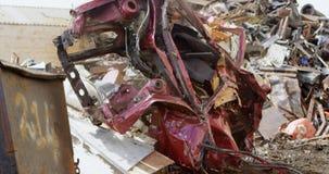 Утиль автомобиля в junkyard 4k видеоматериал