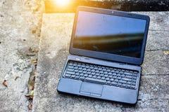 Утиль поврежденный компьютером и солнечный свет на вечере Стоковые Изображения RF