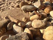 Утихомиривая детали песка, камней, утесов и пляжа Стоковая Фотография RF