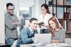 Утихомирите занятую деятельность компании и использование компьтер-книжки Стоковая Фотография RF