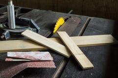 Утили древесины и бумага песка на таблице увидели Стоковая Фотография