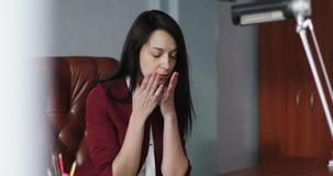 Утомленная бизнес-леди принимает ее стекла сток-видео