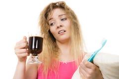 Утомленная женщина держа зубную щетку и кофе Стоковое фото RF