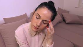 Утомленная женщина с головной болью видеоматериал