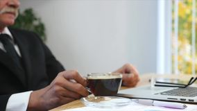 Утомленная отделка бизнесмена работая в офисе и выпивая кофе Селективный фокус Стоковая Фотография