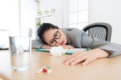 Утомленная склонность женщины работника офиса на столе офиса Стоковое Изображение