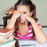 Утомленная школьница с сонной стороной стоковая фотография