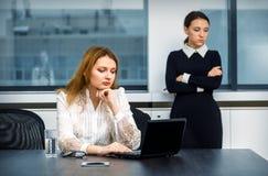 Утомленные девушки работая в офисе Стоковые Фотографии RF