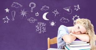 Утомленные мечтая девушка и чертеж образования на классн классном для школы стоковое фото