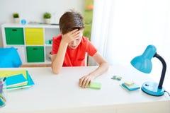 Утомленный мальчик студента с smartphone дома стоковые изображения