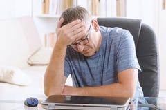 Утомленный офис бизнесмена дома стоковое изображение