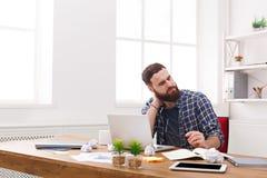 Утомленный, перегружающ бизнесмена с компьтер-книжкой в современном белом офисе Стоковое Фото