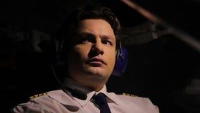 Утомленный пилотный контролируя самолет и думать о доме, напряжённой работе сток-видео