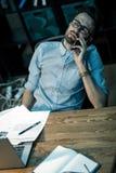 Утомленный человек говоря на телефоне стоковое фото rf