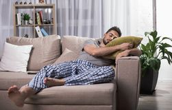 Утомленный человек имея хорошую ворсину Стоковая Фотография RF