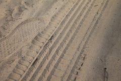 Утомляет метки на песке, колеса на земной дороге стоковая фотография