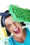 Утомлянная и вымотанная женщина чистки Стоковая Фотография