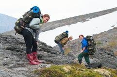 утомлянная команда гор backpackers стоковое фото rf