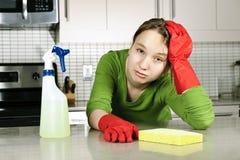 утомлянная кухня девушки чистки Стоковая Фотография