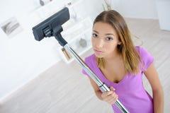 Утомлянная молодая женщина делающ очищать дома Стоковое фото RF