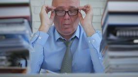 Утомлянный бизнесмен принимает вне его Eyeglasses после длинного рабочего дня стоковое фото