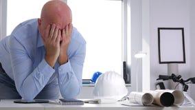 Утомлянный и разочарованный предприниматель в офисе делает расстроенные жесты с руками видеоматериал