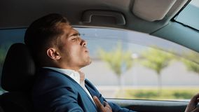 Утомлянный и усиленный бизнесмен сидит в автомобиле предпосылка имея человека изолированного головной болью над белизной Стресс,  акции видеоматериалы